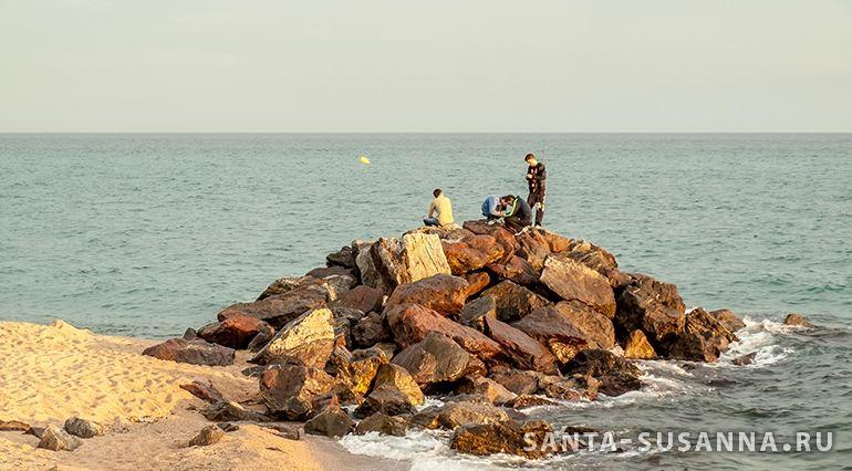 Рыбаки на пляже в Санта Сусанне